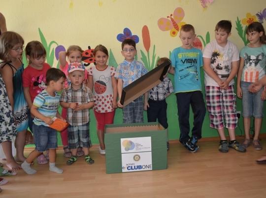 Die Kinder im Nachbarschaftstreff der Domäne Hochberg freuen sich über die Interkulturelle Bücherkiste, 15. Juli 2014.